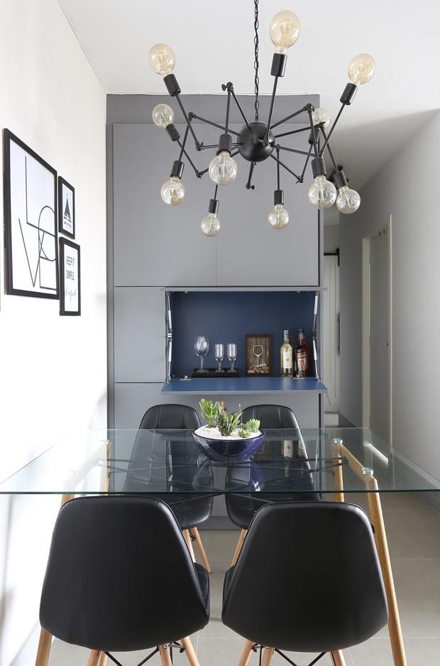 SALA DE JANTAR | A mesa de jantar é da Open Box. As cadeiras são do modelo Eames, da mesma loja. A luminária é o modelo aranha, do AliExpress, e os quadros são da Tok Stok. (Foto: Mariana Orsi / Divulgação)