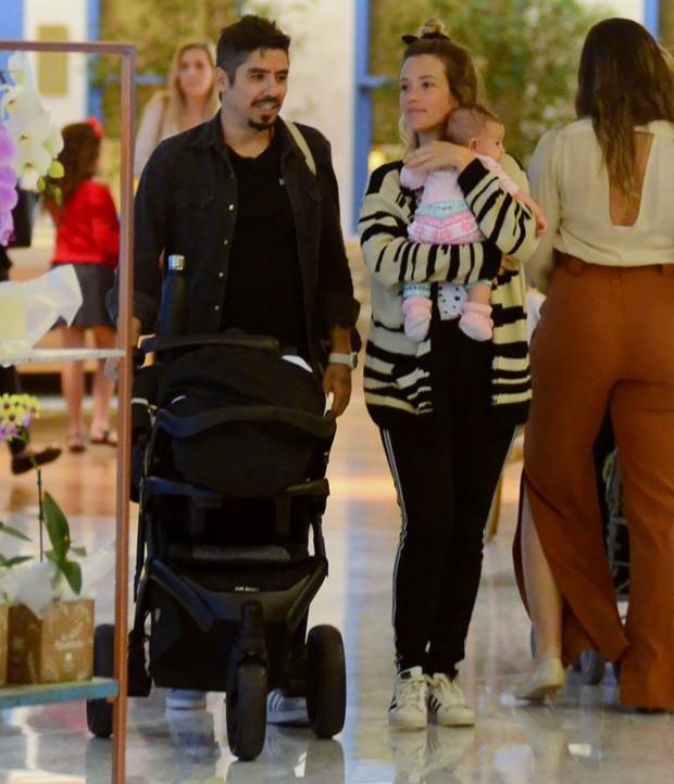 Juliana Didone e Flavio Rossi com a filha, Liz (Foto: Webert Belicio/AgNews)
