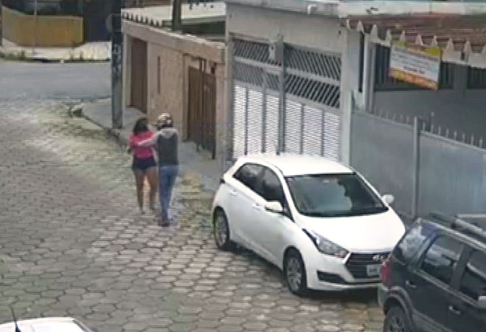 Advogada é alvo de bandidos em plena luz do dia e tem carro roubado no litoral de SP; VÍDEO