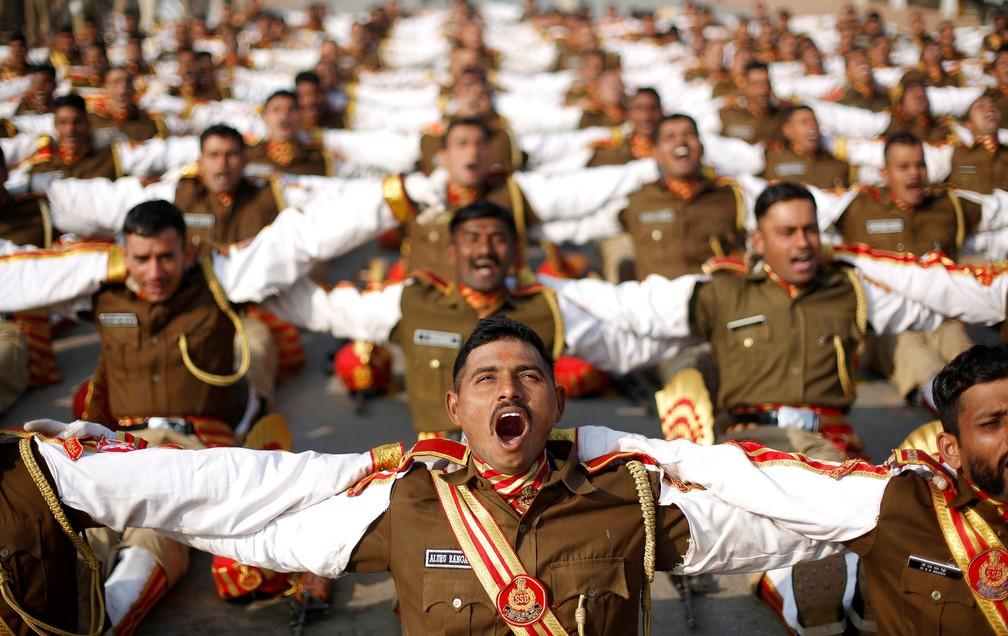 11 de janeiro - Soldados indianos participam de uma sessão de yoga do riso durante um ensaio para a parada do Dia da República em Nova Déli, na Índia (Foto: Adnan Abidi/Reuters)