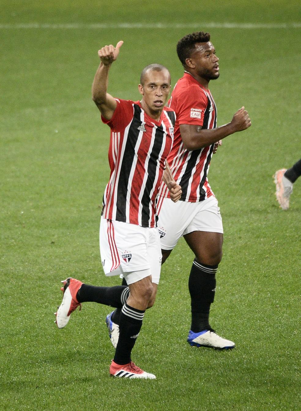 Miranda comemora o gol no clássico contra o Corinthians — Foto: Marcos Ribolli