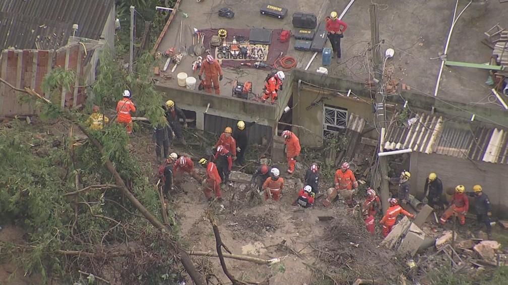 Bombeiros trabalham em resgate em Ibirité, na Vila Ideal. — Foto: Globocop