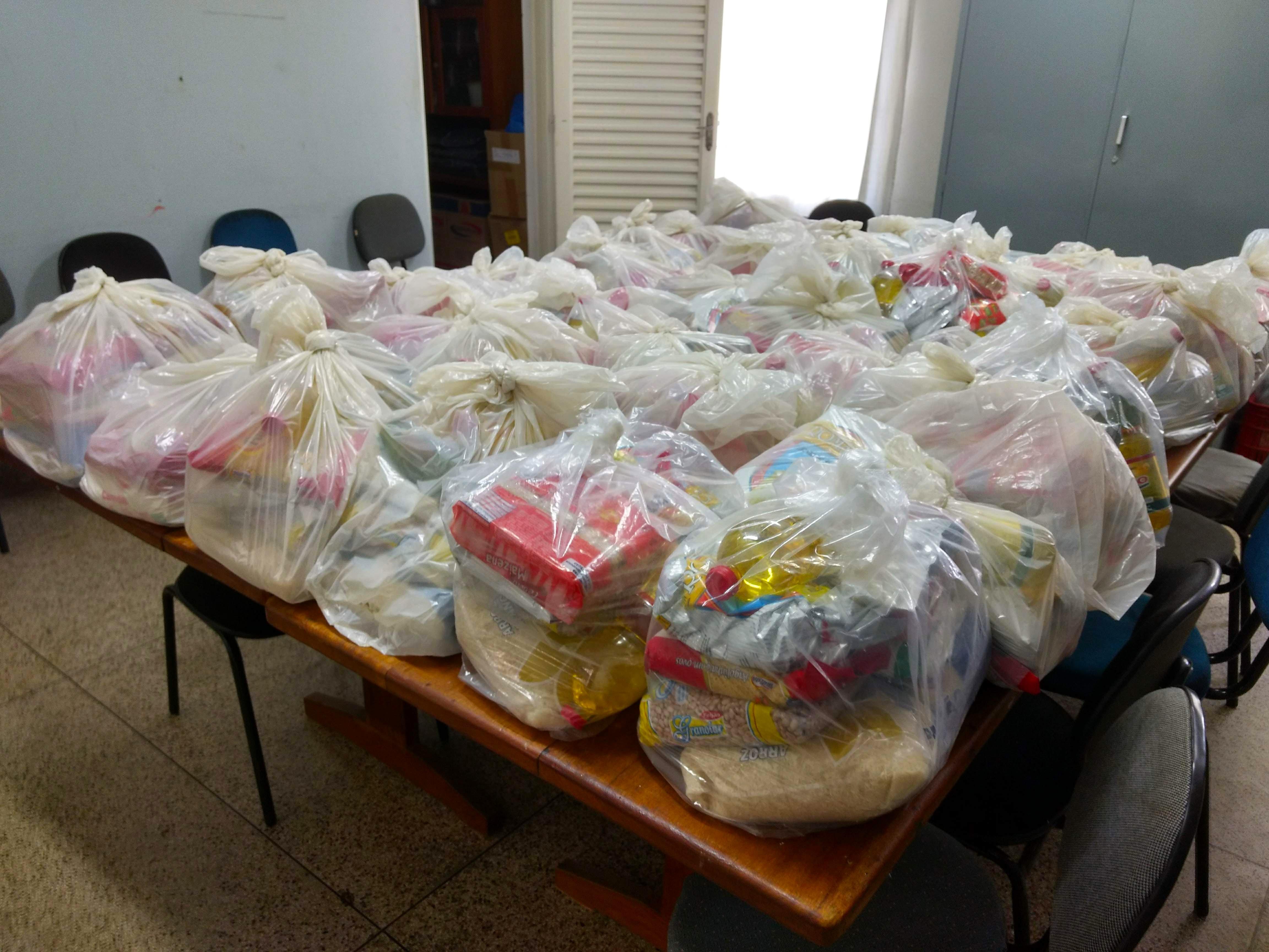 Prefeitura de Dourado distribui kit merenda para alunos da rede municipal