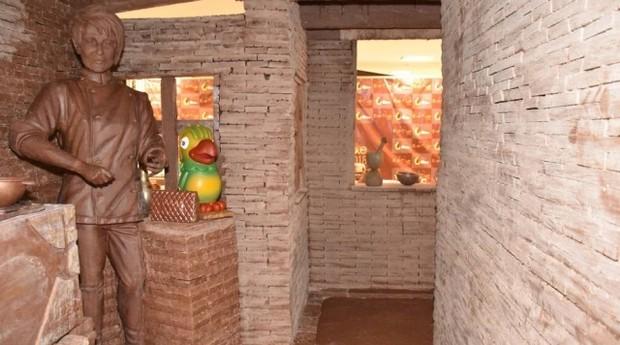 Cômodo da maior casa de chocolate do mundo com esculturas de Ana Maria Braga e Louro José feitas de chocolate (Foto: Divulgação)