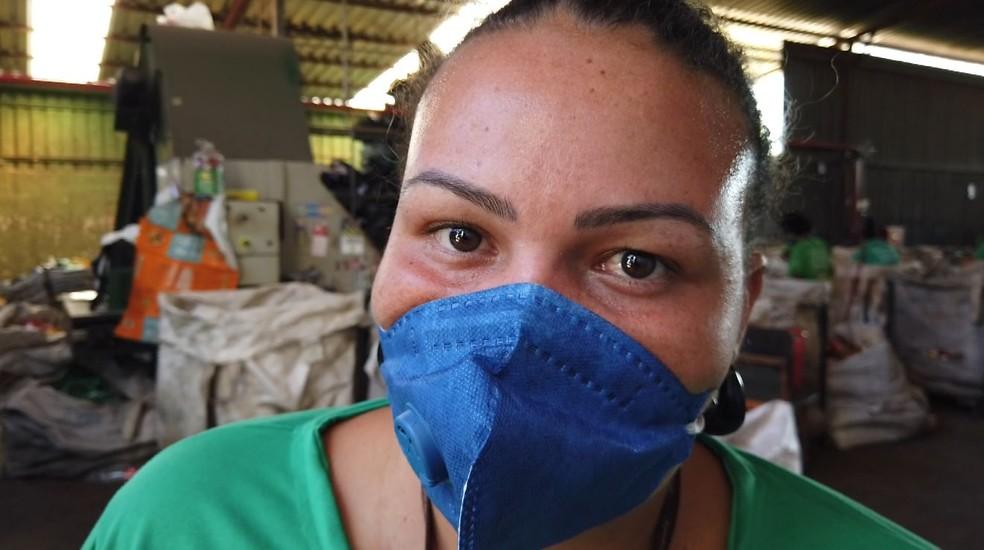 Após incêndio que causou prejuízo de R$ 500 mil em cooperativa, Juliana de Paula espera reconstruir barracão — Foto: Marcelo Moraes/EPTV