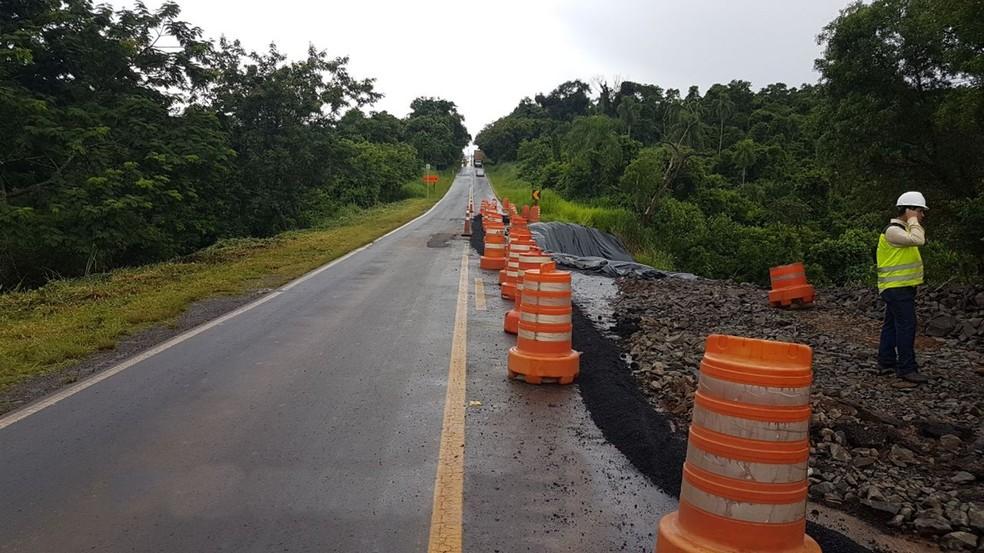 Cratera se abriu em rodovia Jurandir Siciliano entre Itaporanga e Coronel Macedo (Foto: Divulgação/Polícia Rodoviária)