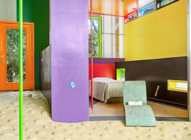 """Não há portas e os quartos são bem abertos, o que """"obriga"""" os moradores a interagirem entre si (Foto: Brown Harris Stevens/ Reprodução)"""