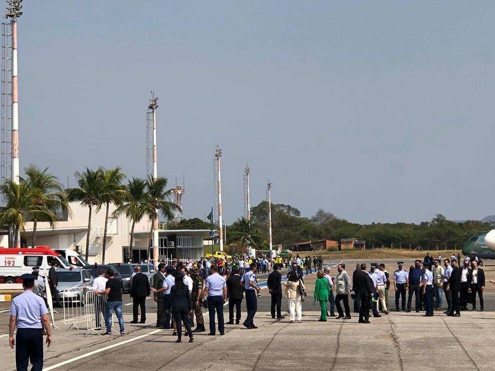 Grupo de apoiadores do presidente Jair Bolsonaro que estava do lado de fora do aeroporto internacional de Corumbá se aglomerou após a chegada dele ao local e a entrada foi liberada ao local do evento — Foto: Dyego Queiroz/G1 MS