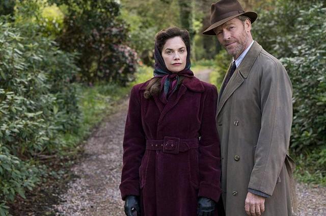Ruth Wilson e Iain Glen em 'Mrs. Wilson' (Foto: Divulgação)