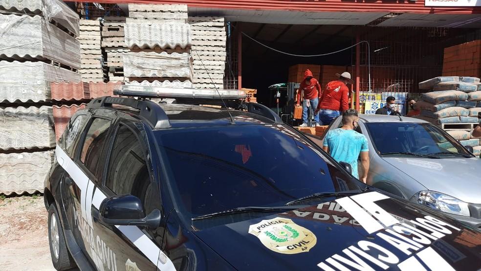 Viatura da Polícia Civil em frente a uma loja de material de construção fiscalizada em Macapá — Foto: Wedson Castro/Rede Amazônica