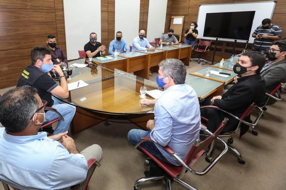 Em reunião com categoria, governador garantiu apoio em possível antecipação de vacina para agentes de segurança — Foto: Marcos Vicentti/Secom