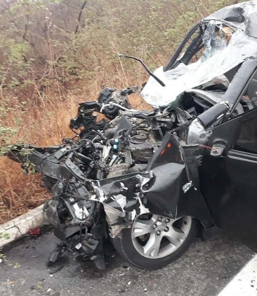 Parte  frontal do automóvel ficou totalmente destruída — Foto: Arquivo pessoal
