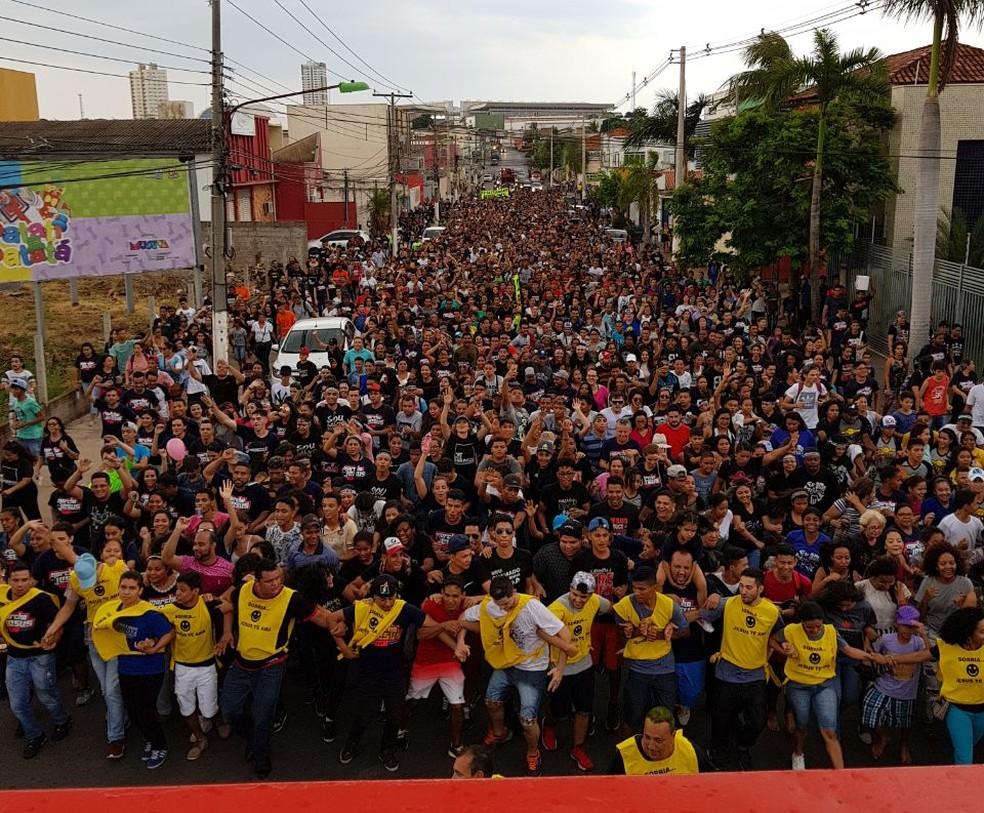 Participantes caminharam pelas ruas de Cuiabá no sábado (21) (Foto: Comec-MT/Divulgação)