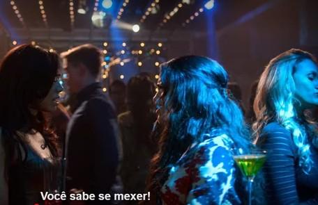 """A consultora de marketing Sarah fez uma ponta como figurante na série americana """"Lúcifer"""" (ela aparece no canto direito)  Reprodução"""