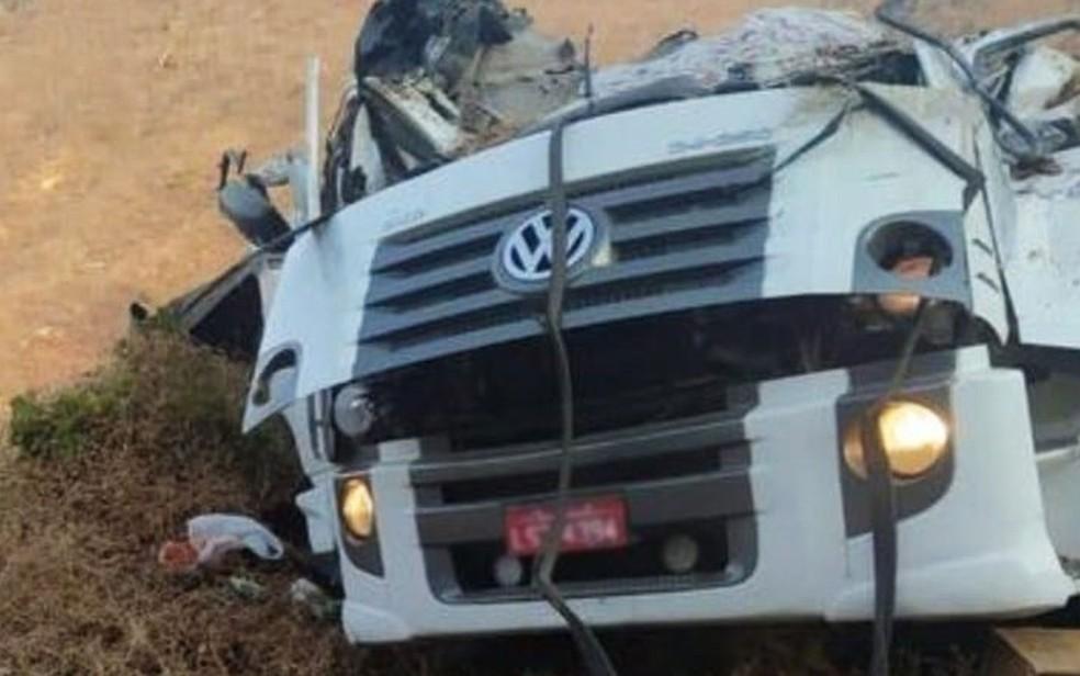 Carreta ficou destruída após capotamento; motorista morreu na BR-030, próximo a Guanambi — Foto: Redes Sociais