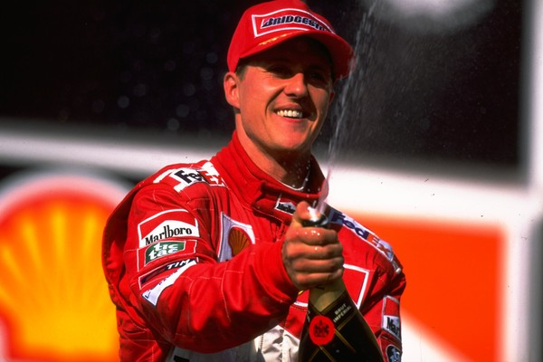 O ex-piloto de Fórmula 1 Michael Shumacher celebrando uma vitória (Foto: Getty Images)