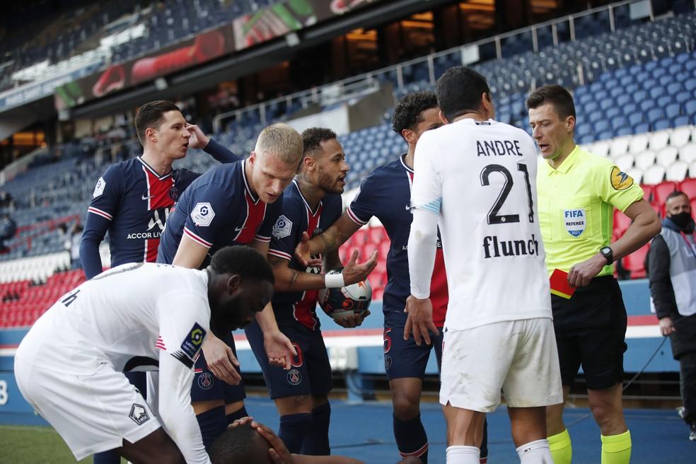 Neymar reclama com o árbitro no meio da confusão depois de ser expulso — Foto: REUTERS/Benoit Tessier