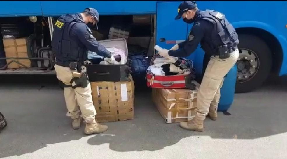 Mulher é presa em Vitória da Conquista transportando drogas e munições escondidas em bagagem — Foto: Polícia Rodoviária Federal