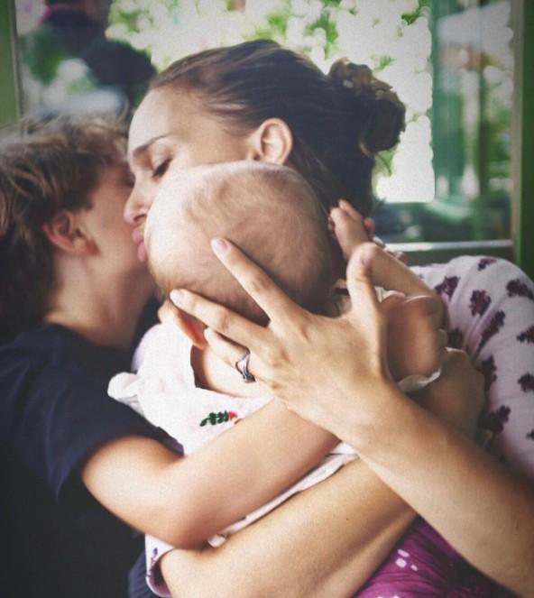 Natalie Portman com seus dois filhos, Aleph e Amalia (Foto: Reprodução / Instagram)