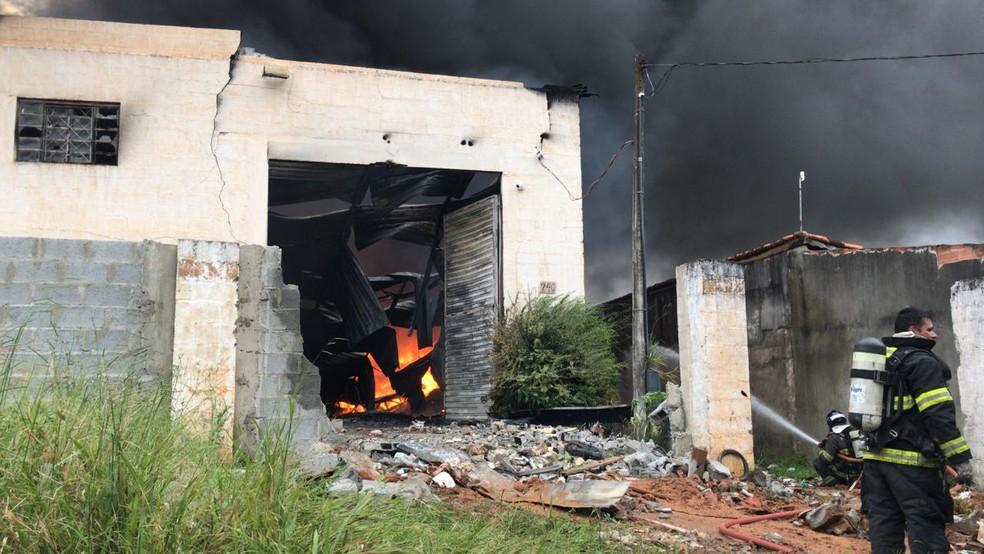 Incêndio em galpão de material reciclável em Jarinu — Foto: João Fernandes/TV TEM