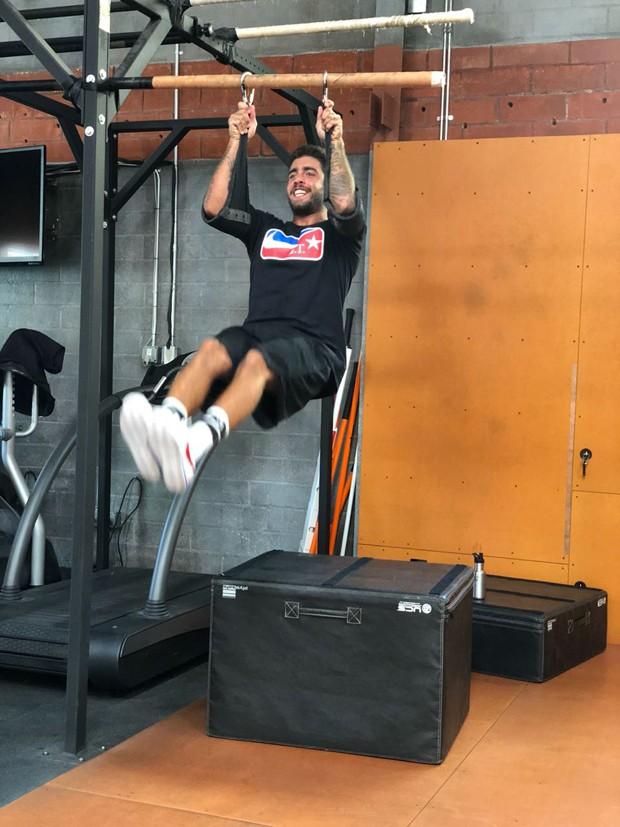 O treino para fortalecimento de core de Pedro Scooby (Foto: Divulgação)