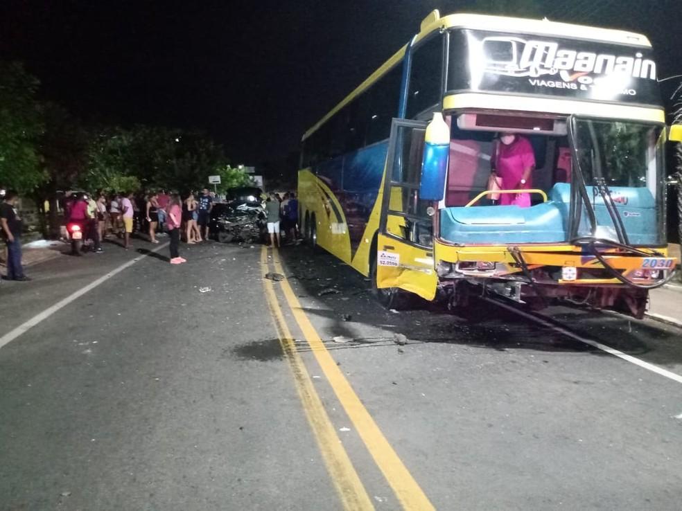 Casal sofre fraturas e fica preso às ferragens após carro bater de frente com ônibus na BR-343 em Campo Maior, no Piauí — Foto: Divulgação/PMPI
