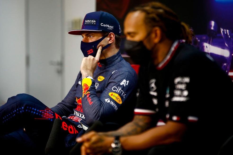 Max Verstappen, da RBR, e Lewis Hamilton, da Mercedes, no GP do Bahrein; holandês ameaçou domínio da heptacampeã de construtores — Foto: Andy Hone - Pool/Getty Images