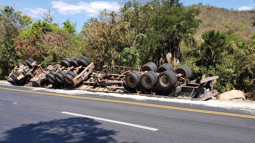 Conforme a Polícia Rodoviária Federal (PRF), o acidente ocorreu no KM-812, na terça-feira (27). A carreta estava carregada com grãos de algodão.  — Foto: Blog do Braga