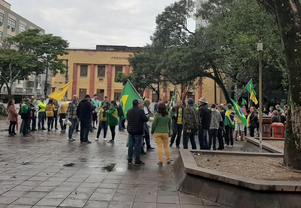 Em Santa Maria, manifestantes compareceram, mas ato oficial foi cancelado — Foto: Tiago Guedes/RBS TV