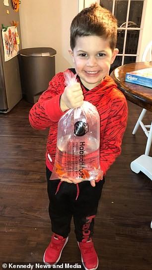 Torin com o novo peixinho (Foto: Reprodução Facebook)
