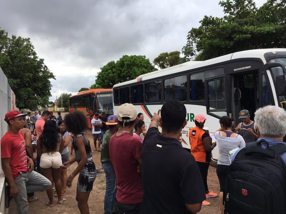 Venezuelanos embarcam em ônibus para serem repatriados a Venezuela nos arredores do abrigo Jardim Floresta, em Boa Vista (Foto: Emily Costa/G1 RR)