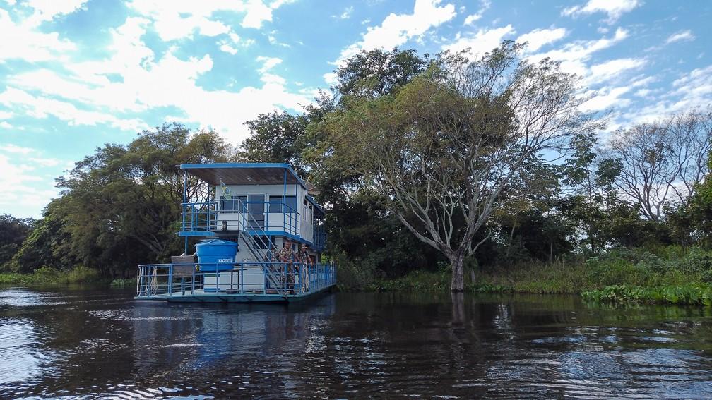Barco-hotel da Polícia Militar Ambiental em Corumbá (MS) — Foto: Eduardo Palacio/G1