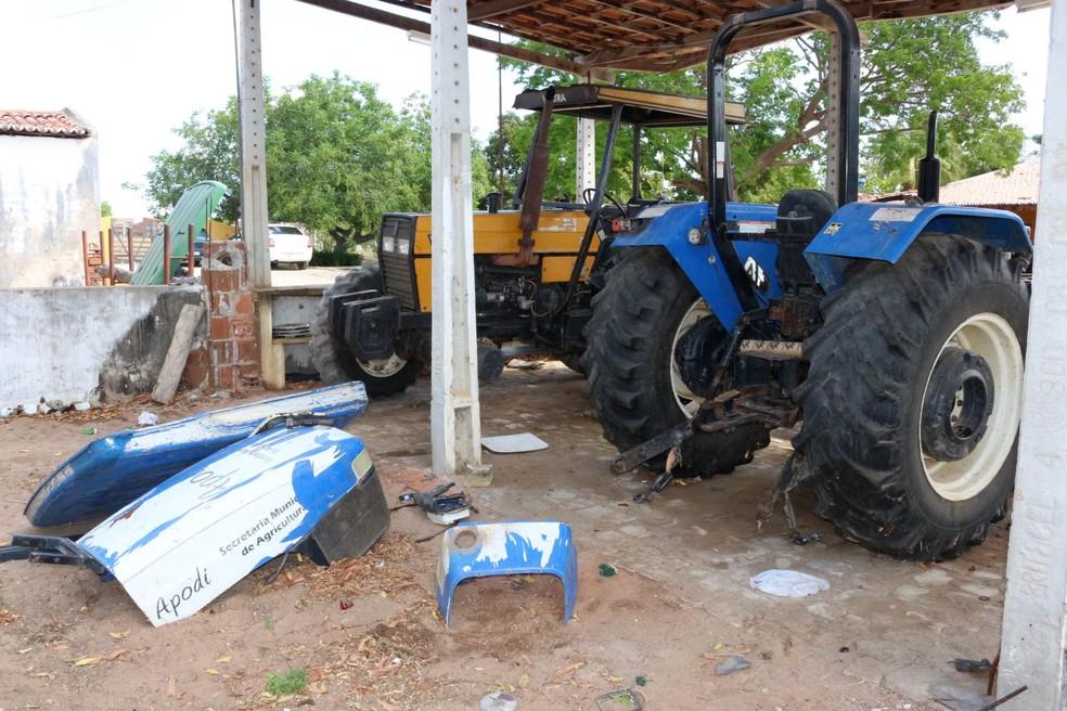 Tratores tiveram faróis e painéis quebrados, além de peças desmontadas (Foto: Josemário Alves )
