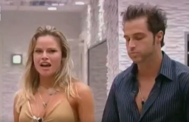 No 'BBB 8', Fernando e Natália tiveram momentos quentes e muitas brigas. Eles se enfrentaram num paredão e o brother acabou eliminado. Natália comemorou (Foto: Reprodução)
