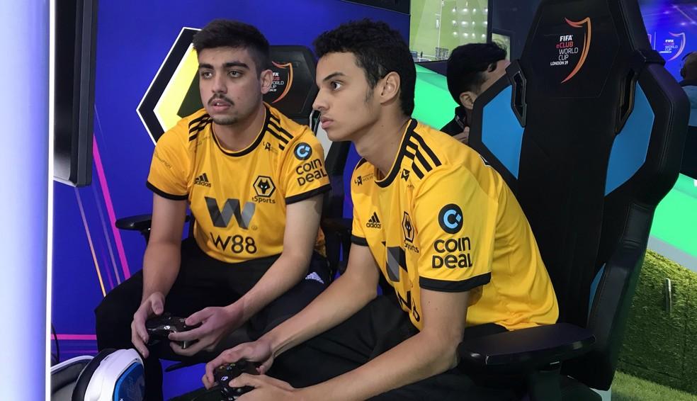 Ebinho e Fifilza com a camisa do Wolverhampton no Mundial de Clubes de FIFA 19 — Foto: Divulgação / Wolverhampton