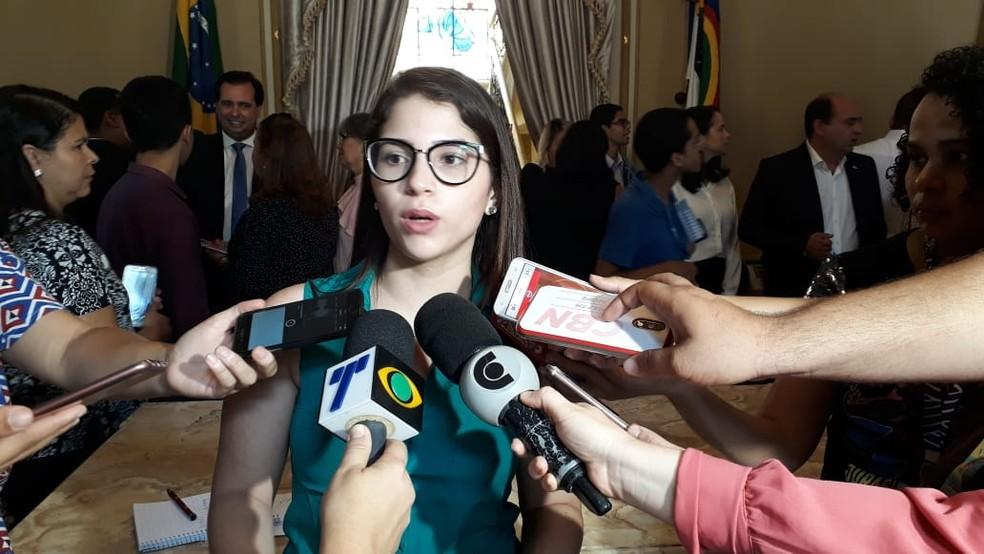 Aluna de direito da UFPE, Karoline Guerra mora em Santa Cruz do Capibaribe e se mantém no Recife com ajuda da bolsa — Foto: Marina Meireles/G1