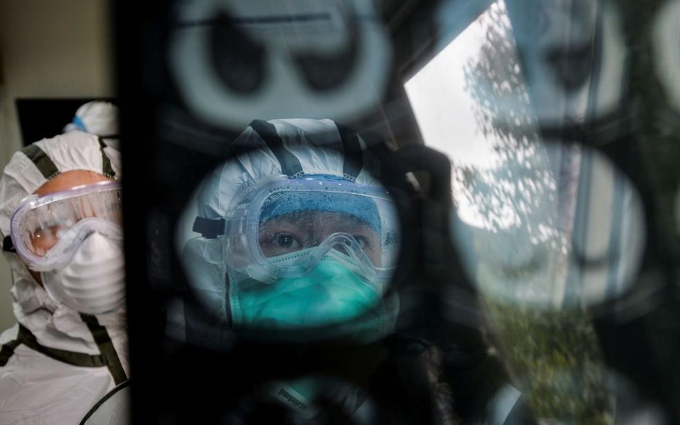 Coronavírus na China: Profissional da saúde analisa uma imagem de tomografia computadorizada em Wuhan; novo método está senso usado para detectar pacientes com suspeita de Covid-19, em detrimento aos exames laboratoriais, que demoram mais a ficarem prontos. — Foto: China Daily via Reuters