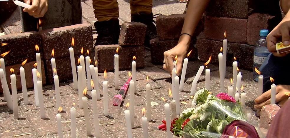 Grupo de estudantes protesta na Praça da Gentilândia, no Benfica, pedindo paz após chacina. (Foto: TV Verdes Mares)