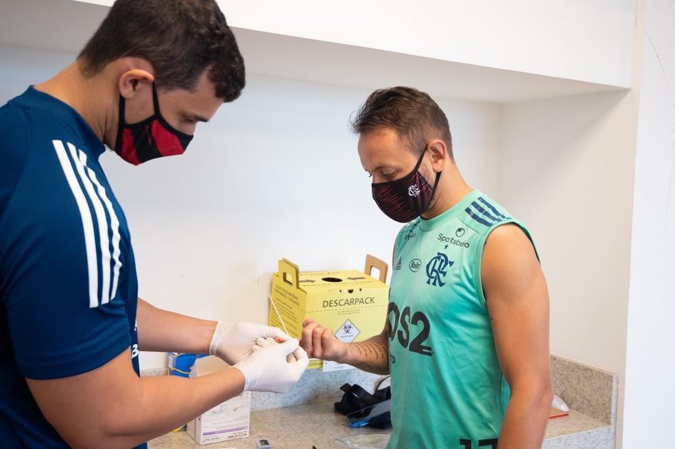 Rafinha passa por teste sorológico na segunda-feira no Ninho do Urubu — Foto: Alexandre Vidal / Flamengo