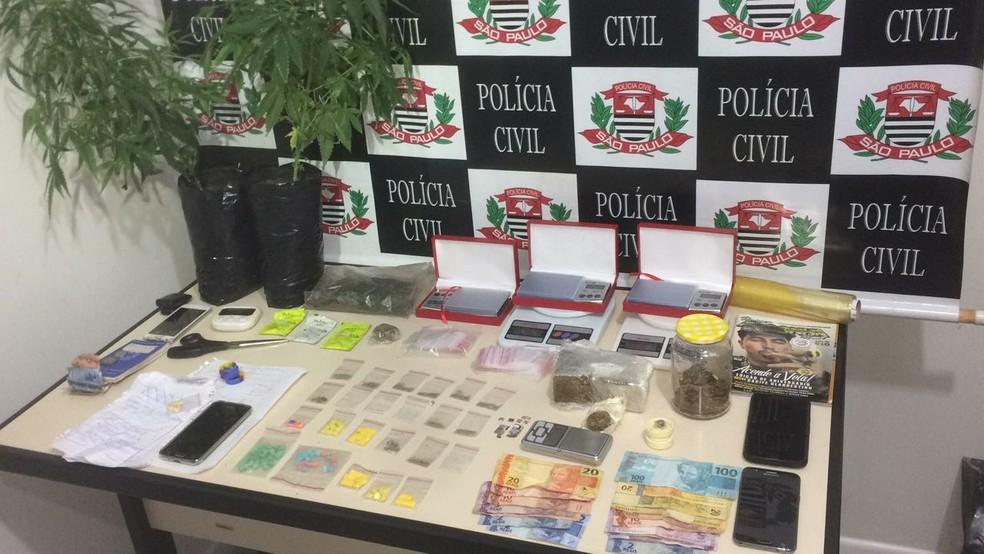 Operação apreendeu maconha, pés da planta, drogas sintéticas (ecstasy e LSD), balanças e dinheiro (Foto: Divulgação / Dise-Bauru)