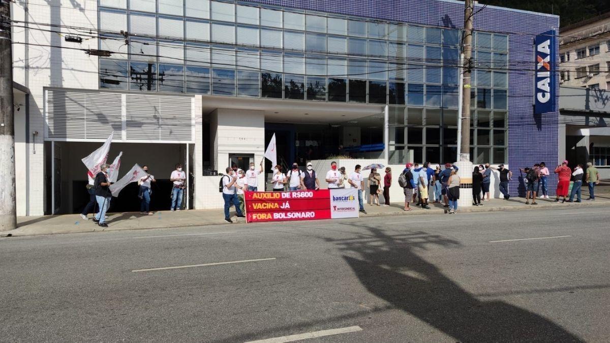 Bancários protestam por priorização em plano de vacinação contra a Covid-19 em Santos, SP
