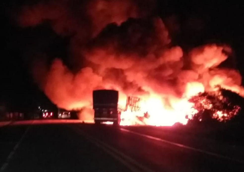 Segundo ViaBahia, batida entre caminhão e carreta ocorreu na altura de Poções, no sudoeste da Bahia.  — Foto: Blog Jeferson Almeida