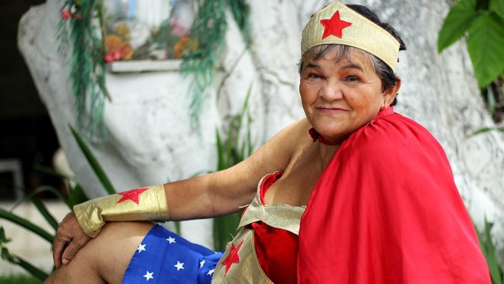 Idosa se fantasiou de Mulher Maravilha para campanha da Casa do Ancião, em Santa Rita, PB (Foto: Sebastian Fernandes/Casa do Ancião/Divulgação)