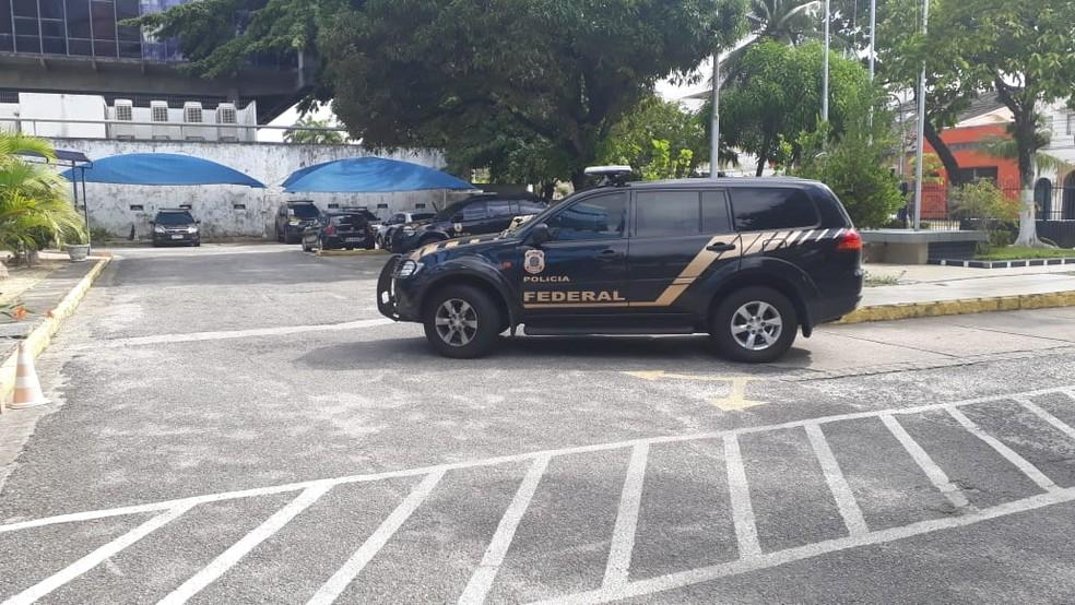 Polícia Federal cumpre mandados em Pernambuco dentro da Operação Fantoche, nesta terça-feira (19) — Foto: Marina Meireles/G1