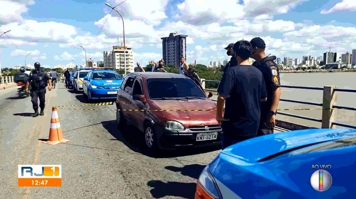 Homem é morto a tiros dentro de carro na ponte da Lapa, em Campos, no RJ