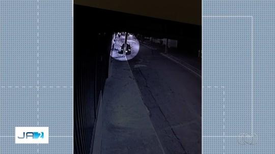 Vídeo mostra motorista desviar carro, atropelar e matar pedestre e fugir sem prestar socorro, em Cristalina