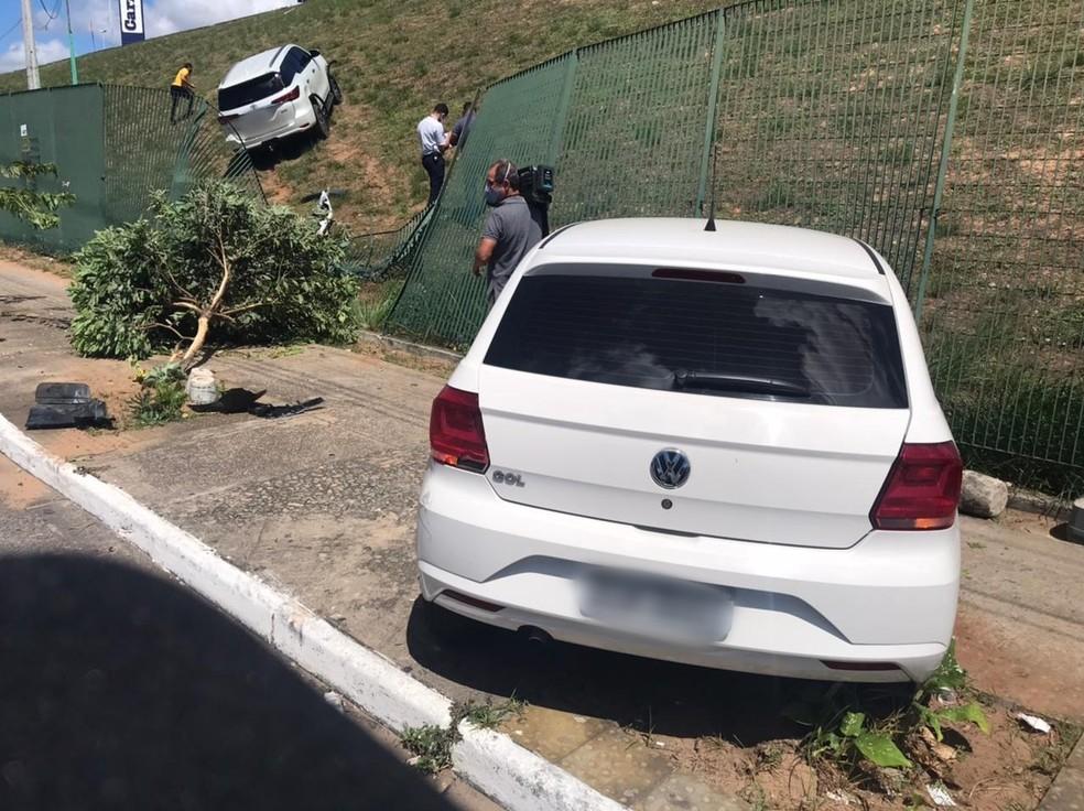 Árvore e grade de supermercado foram derrubadas em acidente que aconteceu na BR-101, em Natal. — Foto: Kleber Teixeira/Inter TV Cabugi
