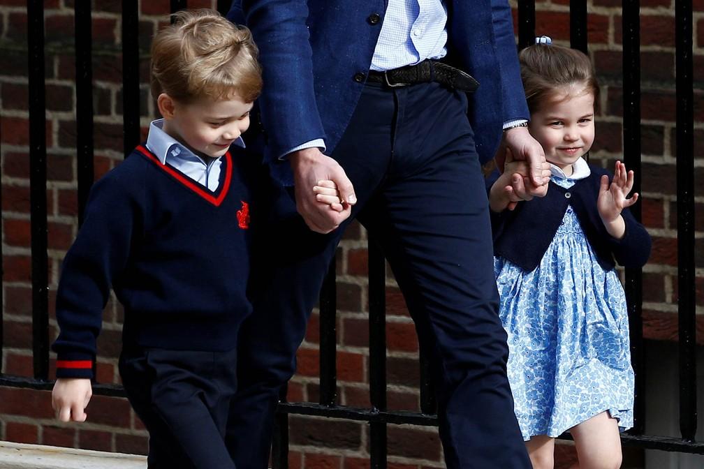 Charlotte e George chegam com o pai, o príncipe William, ao hospital para conhecer o irmão (Foto: Henry Nicholls/Reuters)