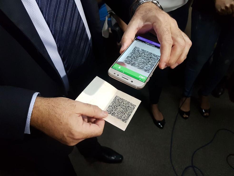 Teste de leitura de QR Code durante lançamento da CNH digital no Distrito Federal (Foto: Marina Oliveira/G1)