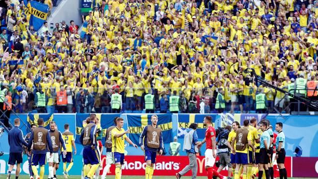 Jogadores e torcida comemoram a vitória da Suécia sobre a Suíça
